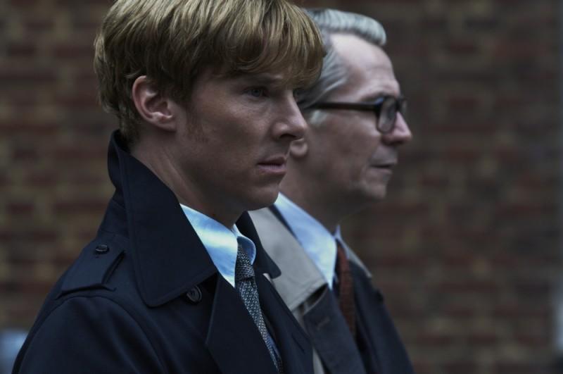 Gary Oldman e Benedict Cumberbatch in una scena del film La talpa