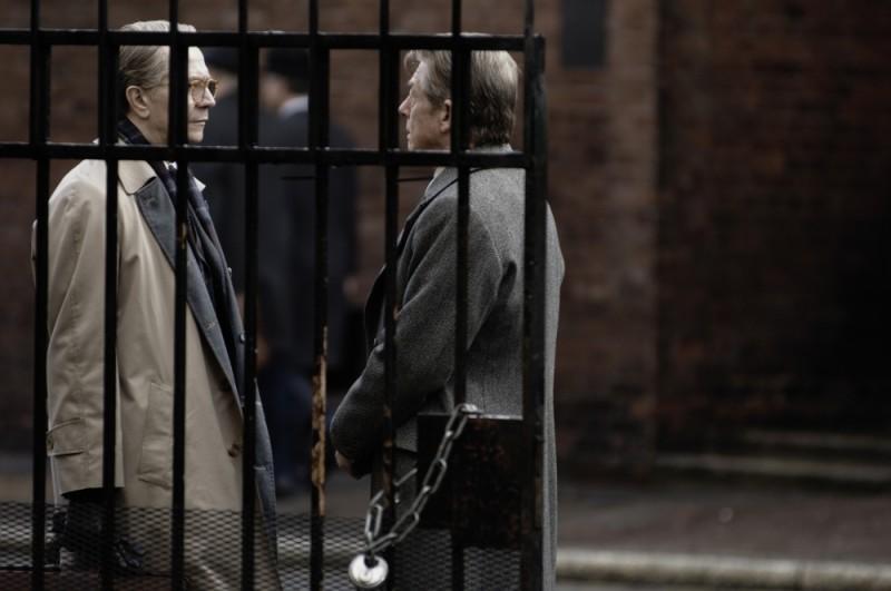 Gary Oldman in una scena del film La talpa insieme a John Hurt