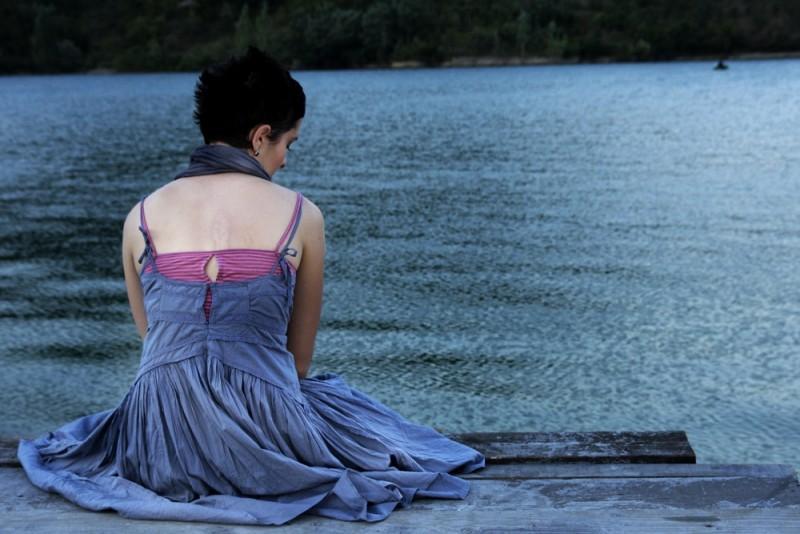 Il sentiero: Zrinka Cvitesic di spalle in una bella immagine del film