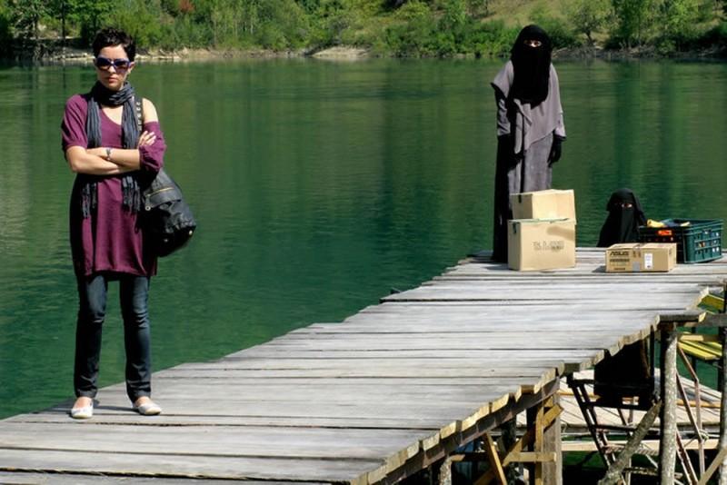 Il sentiero: Zrinka Cvitesic in una scena del film sul molo