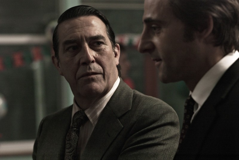 La talpa: Ciarán Hinds in una scena del film insieme a Mark Strong
