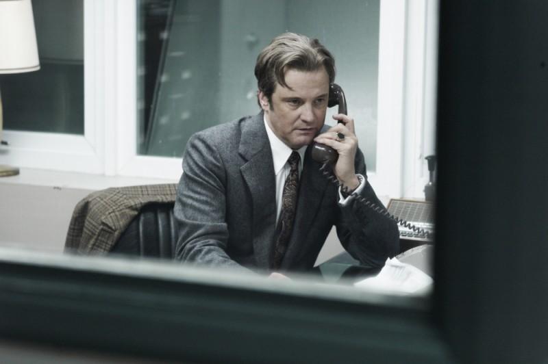 La talpa: Colin Firth parla al telefono in una scena del film
