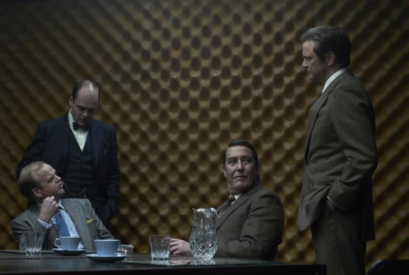 La talpa: David Dencik, Ciarán Hinds, Toby Jones e Colin Firth in una scena del film
