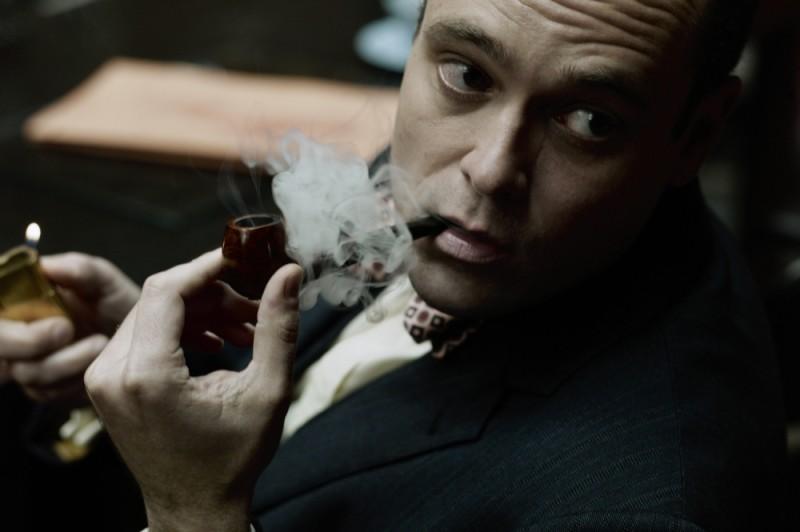 La talpa: David Dencik fuma la pipa in una scena del film