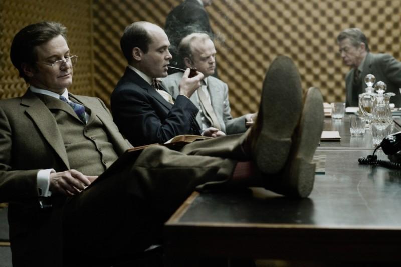 La talpa: David Dencik, Toby Jones e Colin Firth in una scena del film