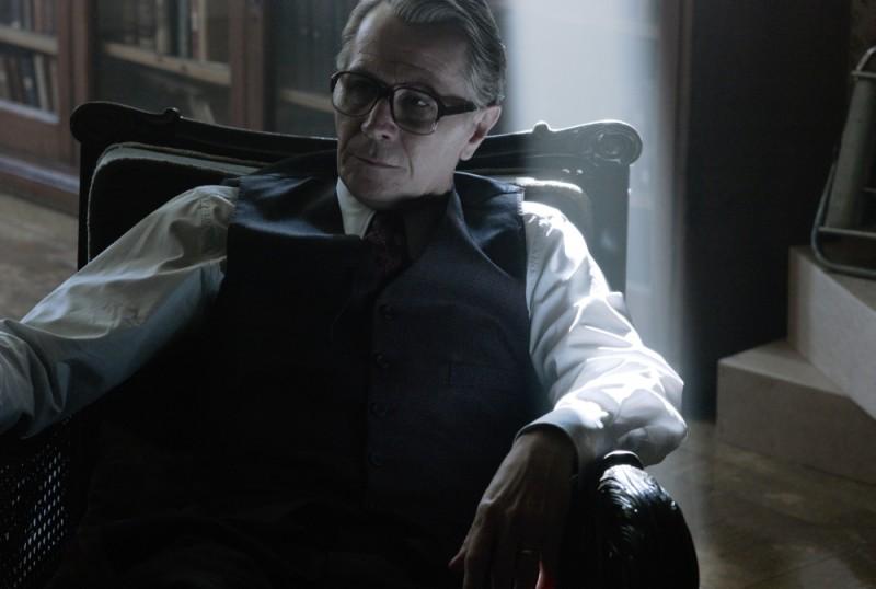 La talpa: Gary Oldman è pensieroso in una scena del thriller di spionaggio diretto da Tomas Alfredson