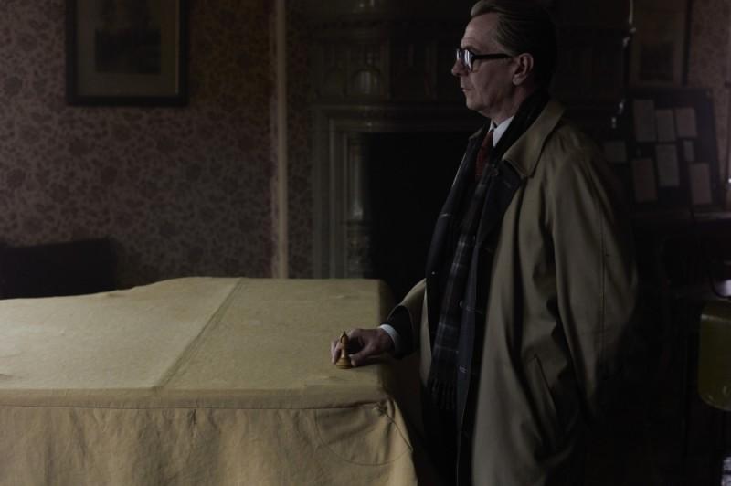 La talpa: Gary Oldman fa la sua mossa in un'immagine tratta dal film