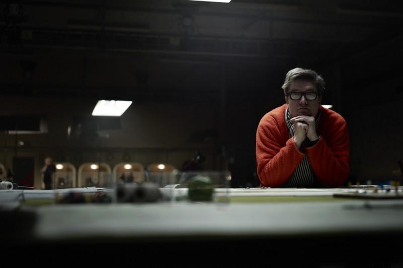 La talpa: il regista Tomas Alfredson in un momento di riflessione sul set del film