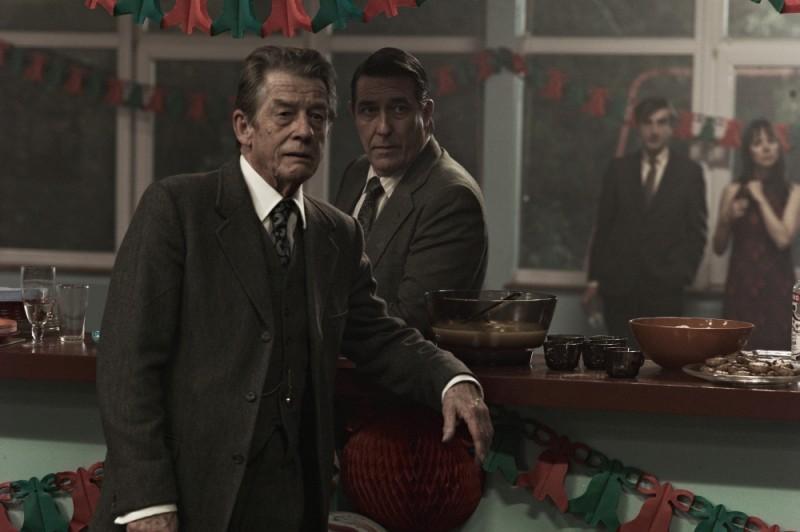 La talpa: John Hurt in una scena del film insieme a Ciarán Hinds