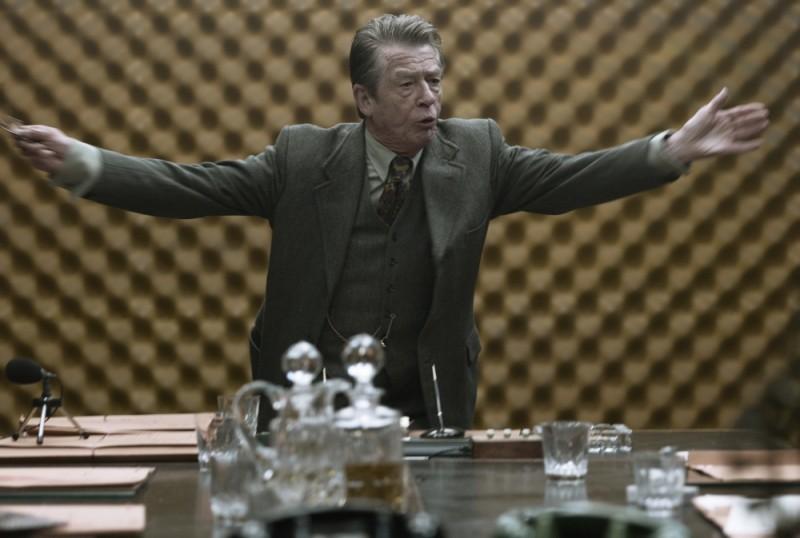 La talpa: John Hurt tiene banco con grinta in una scena del film