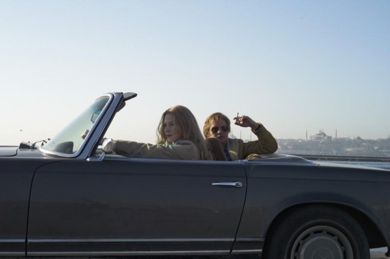 La talpa: Svetlana Khodchenkova in una scena del film con Tom Hardy