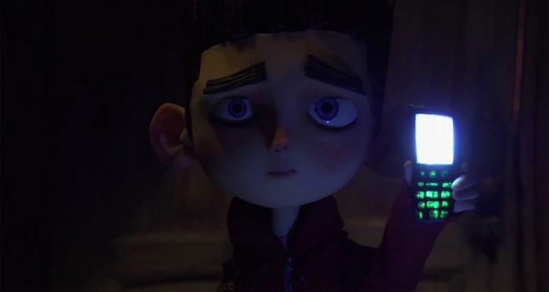 ParaNorman: Norman mostra il suo telefono cellulare in una scena del film