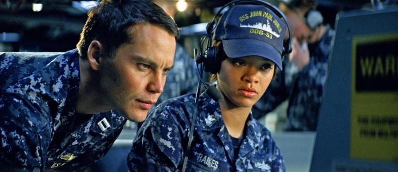 Rihanna insieme a Taylor Kitsch in una scena di Battleship