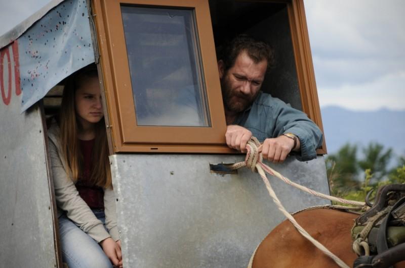 Sindi Laçej e Refet Abazi in un carretto in una scena del dramma La faida