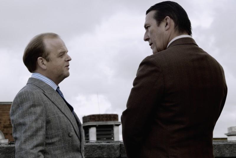 Toby Jones in una scena del film La talpa con Ciarán Hinds