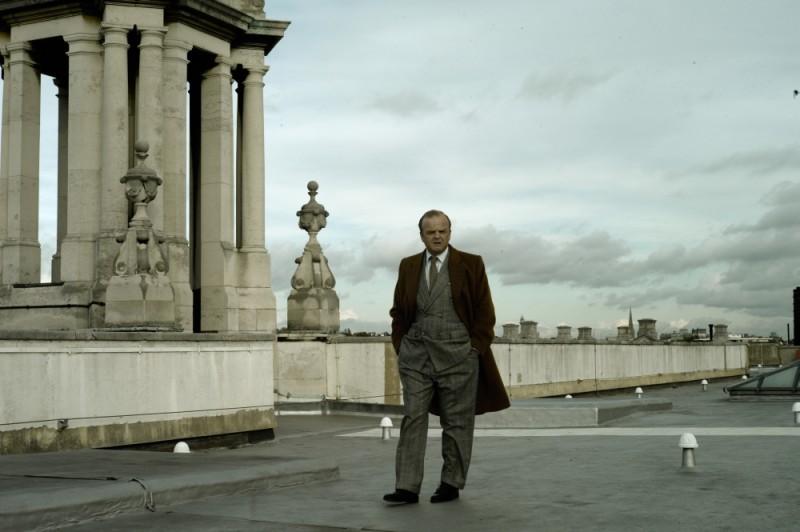 Toby Jones in una scena del film La talpa passeggia su uno dei ponti di Londra