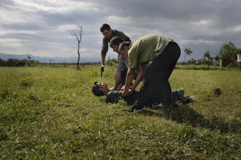 Tristan Halilaj aggredito dai suoi nemici in una scena del film La faida