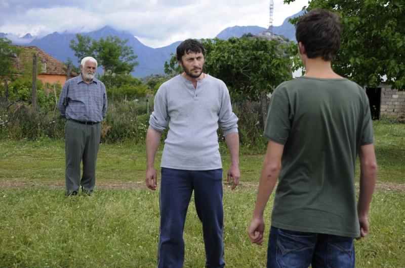 Tristan Halilaj, di spalle, affronta i suoi avversari in una scena tratta dal dramma La faida