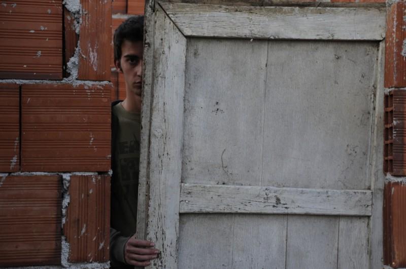 Tristan Halilaj si nasconde da occhi indiscreti in una scena de La faida