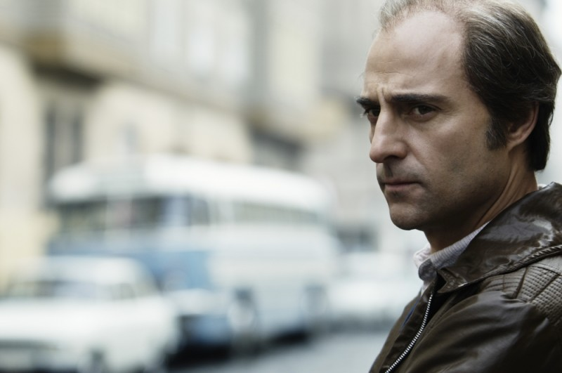 Un bel primo piano di Mark Strong in una scena del film La talpa