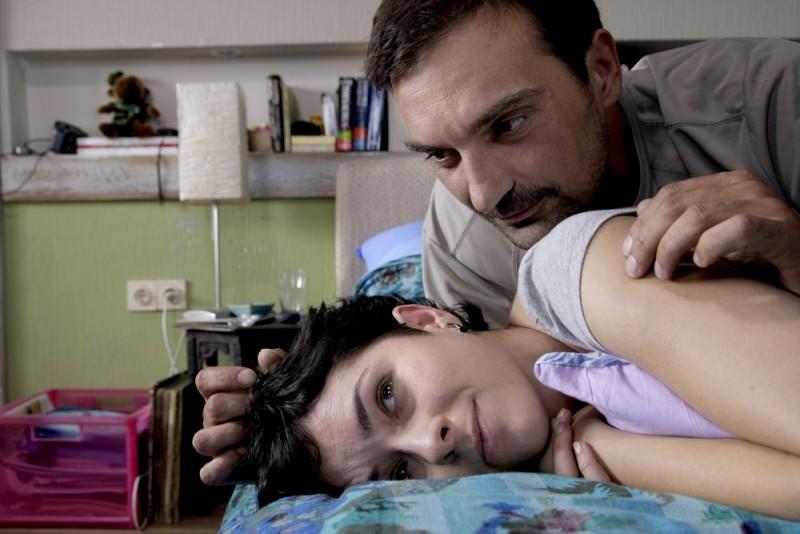 Zrinka Cvitesic insieme a Leon Lucev in una scena del film Il sentiero