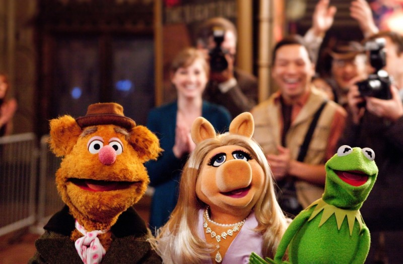 I Muppet: Fozzie Bear, Miss Piggy e Kermit in una scena del film