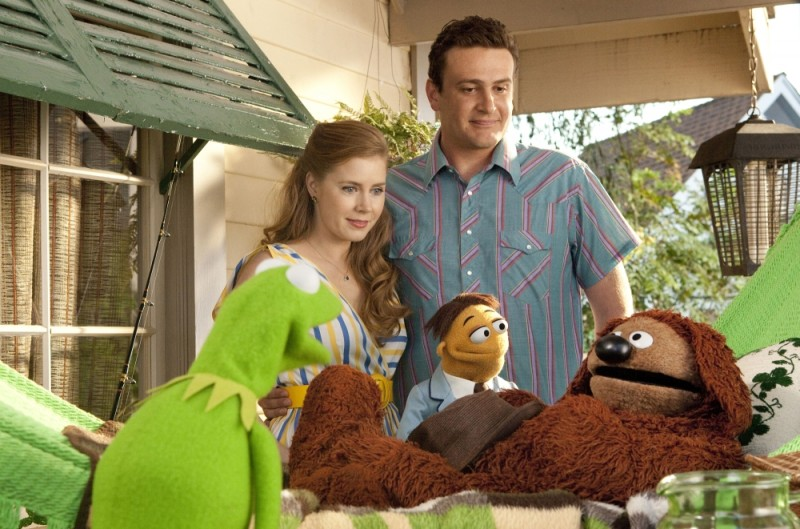 I Muppet: Jason Segel e Amy Adams in una scena insieme a Kermit, Rowlf the Dog e Walter