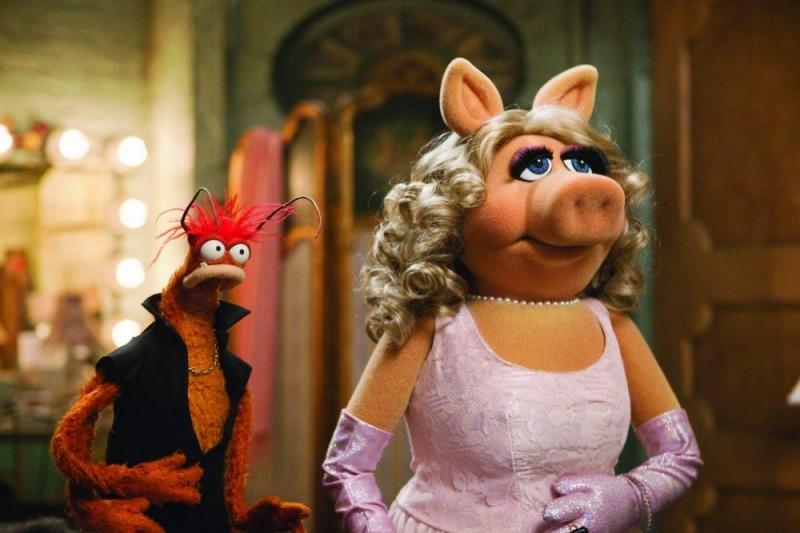 I Muppet: Miss Piggy in una scena del film insieme a Pepe the Prawn