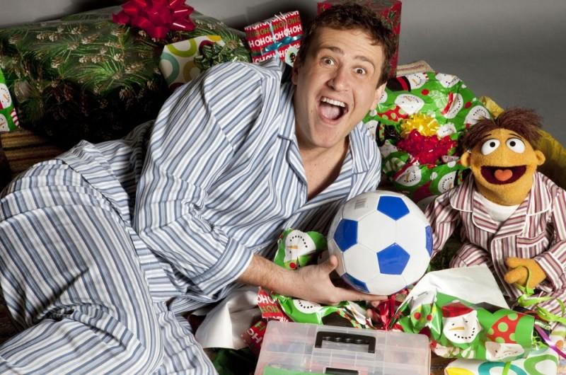 Jason Segel in pigiama insieme a Walter in una foto promozionale de I Muppet