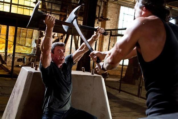 Sylvester Stallone in lotta con un nemico in Bullet to the Head