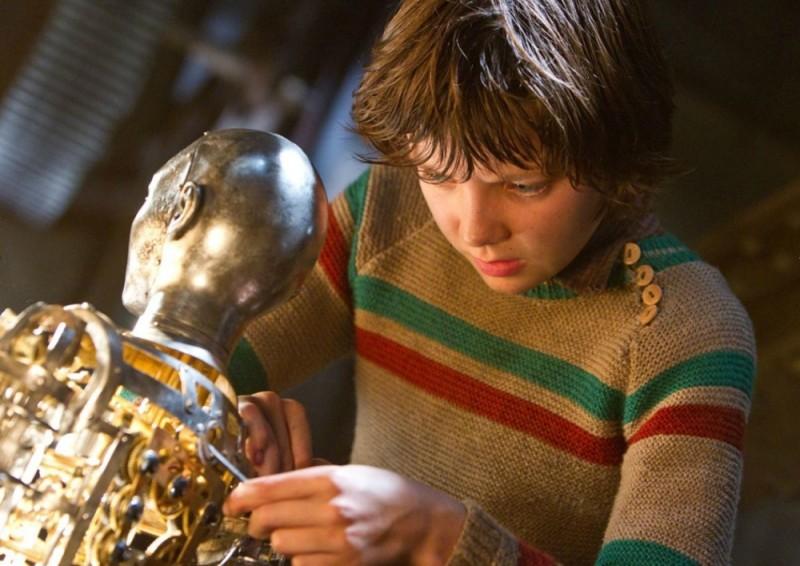 Asa Butterfield alle prese con un robot in una scena di Hugo Cabret 3D