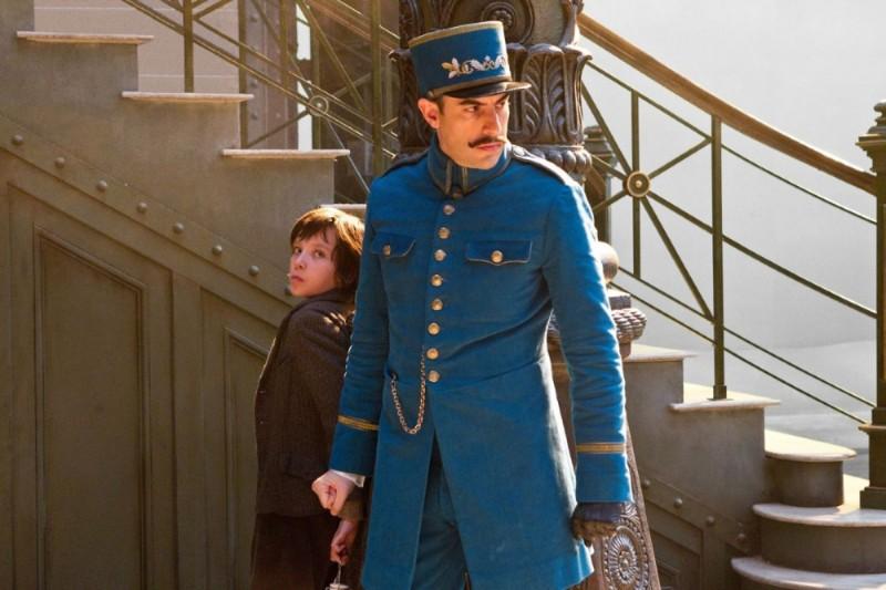 Asa Butterfield con Sacha Baron Cohen in una scena di Hugo Cabret 3D