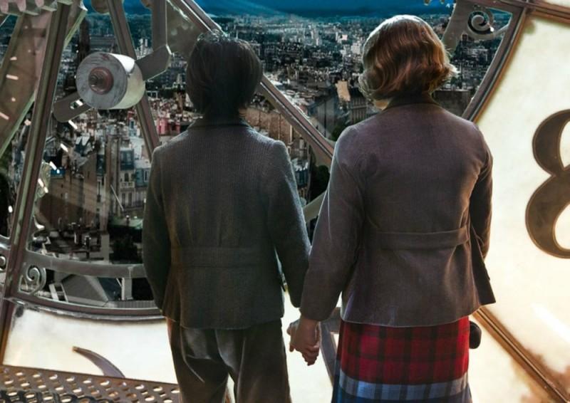 Asa Butterfield e Chloe Moretz guardano Parigi dall'alto in una scena di Hugo Cabret 3D