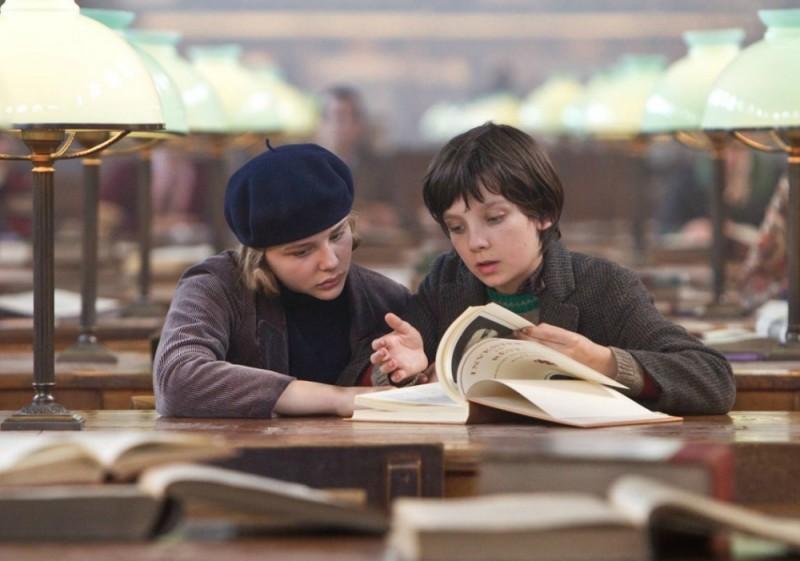 Asa Butterfield e Chloe Moretz in biblioteca in una scena di Hugo Cabret 3D