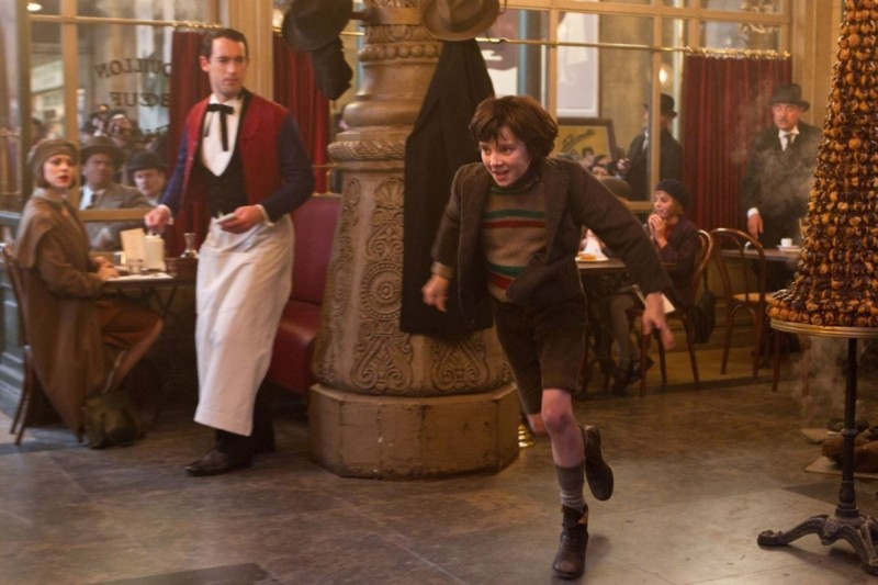 Asa Butterfield fugge via in una scena di Hugo.Cabret 3D