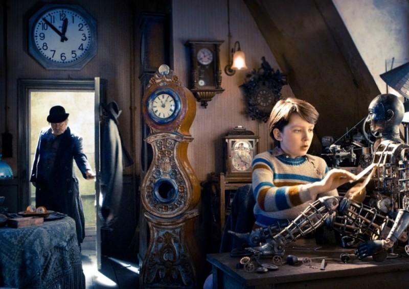 Asa Butterfield impegnato con un il suo progetto in una scena di Hugo Cabret 3D