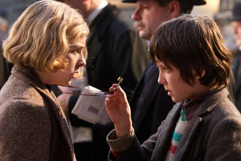 Asa Butterfield insieme a Chloe Moretz in una scena di Hugo Cabret 3D