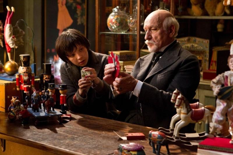 Ben Kingsley alle prese con giochi di carte insieme ad Asa Butterfield in una scena di Hugo Cabret 3D
