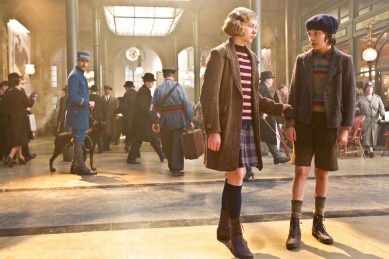 Chloe Moretz insieme ad Asa Butterfield e Sacha Baron Cohen in una scena di Hugo Cabret 3D