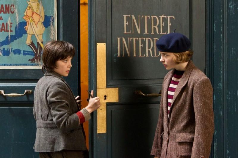 Asa Butterfield e Chloe Moretz in una scena di Hugo Cabret 3D