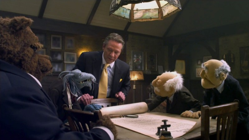 Chris Cooper insieme al pupazzo Uncle Deadly, Bobo the Bear, Statler e Waldorf in una scena de I Muppet
