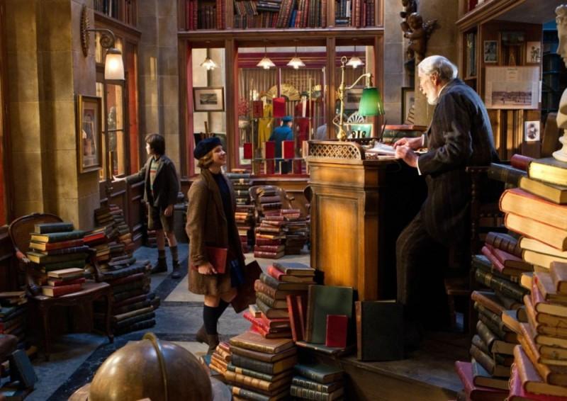 Christopher Lee insieme a Chloë Moretz e Asa Butterfield in una scena di Hugo Cabret 3D