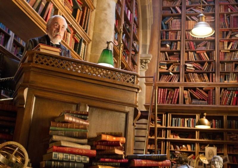 Christopher Lee nella sua immensa biblioteca in una scena di Hugo Cabret 3D