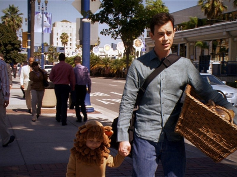 Colin Hanks passeggia con il piccolo Harrison in una scena dell'episodio This is the Way the World Ends