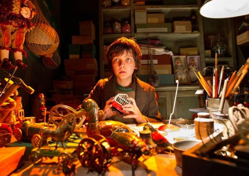 Hugo Cabret 3D: Asa Butterfield tra i giocattoli in una scena del film