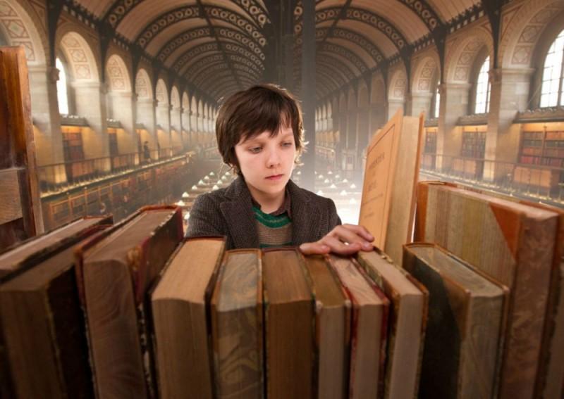 Hugo Cabret 3D: Asa Butterfield tra i libri in una scena del film