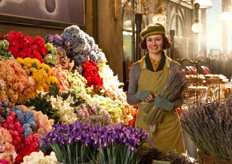Hugo Cabret 3D: Emily Mortimer tra i fiori della sua bancarella in una scena del film