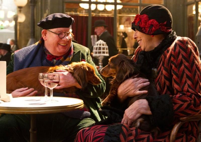Hugo Cabret 3D: Richard Griffiths e Frances de la Tour insieme ai loro cagnolini in una scena del film