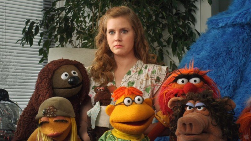 I Muppet: Amy Adams in una scena del film insieme a Animal, Rowlf the Dog, Miss Poogy, Scooter e Janice
