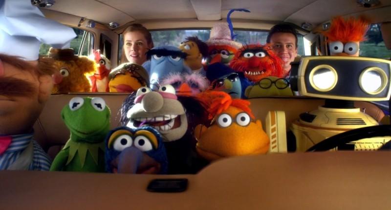 I Muppet: Jason Segel e Amy Adams in un'affollata auto insieme ai Muppet in una scena del film